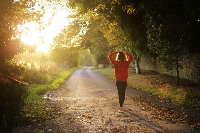 Auswirkungen veganer Ernährung auf den Körper beschrieben durch eine Frau, die im Wald läuft