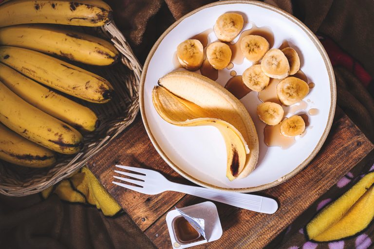 Schale essen beschrieben durch eine Banane auf dem Teller